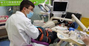 Доктор Ли Ши Юе за работой в клинике Stoma-stom